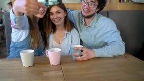 3 друз сидят в кафе, имеют потеху связывая и делают selfie акции видеоматериалы