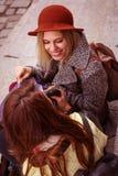 2 друз сидят на шагах и наблюдаемых новых одеждах Стоковая Фотография RF