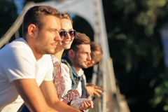 4 друз стоя на мосте и смотря перед собой Стоковое Изображение RF