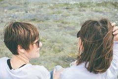 2 друз усмехаясь и смотря один другого морем Социальная фотография стиля сети Стоковые Фотографии RF