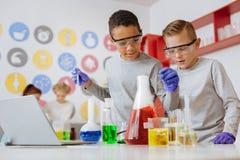2 друз экспериментируя с химикатами в лаборатории Стоковые Фото