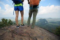 2 друз backpacker на верхней части горы Стоковое Изображение RF
