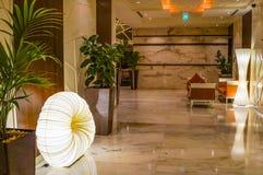 Дубай В лете 2016 Современное и яркое внутреннее мраморное украшение в гостинице Ghaya грандиозном Стоковая Фотография