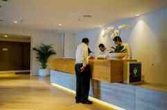Дубай В лете 2016 Штат на гостинице обсуждает на приеме в курорте пляжного комплекса Le Королевск Meridien стоковое фото rf