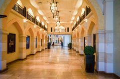 Дубай Лето 2016 Роскошный интерьер мраморного самого большого мола Дубай магазина покупок Стоковое Изображение