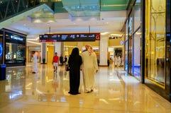 Дубай Лето 2016 Роскошный интерьер мраморного самого большого мола Дубай магазина покупок Стоковое Фото