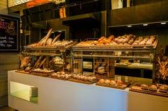 Дубай Лето 2016 Хлеб магазина свеже испеченный на счетчике стоковая фотография