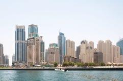 ДУБАЙ, ОАЭ - 5,2017 -ГО МАЙ: быстроходный катер на зданиях предпосылки современных в Марине Дубай дальше может 5, 2017, Дубай, ОА Стоковые Фотографии RF