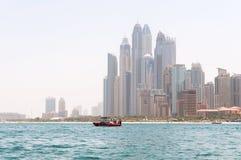 ДУБАЙ, ОАЭ - 5,2017 -ГО МАЙ: Красивый панорамный взгляд пляжа Марины Дубай с небоскребами на заднем плане в Дубай, ОАЭ Стоковая Фотография