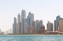 ДУБАЙ, ОАЭ - 5,2017 -ГО МАЙ: Красивый панорамный взгляд пляжа Марины Дубай с небоскребами на заднем плане в Дубай, ОАЭ Стоковые Фото