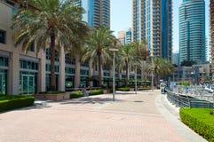 ДУБАЙ, ОАЭ - 5,2017 -ГО МАЙ: Прогулка Марины Дубай Стоковые Изображения