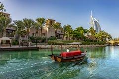Дубай, ОАЭ/11 03 2018: езда шлюпки abra в jumeirah medinat souk стоковые изображения