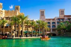 ДУБАЙ, ОАЭ - МАЙ 2014: Комплекс Qasr Madinat Jumeirah Al ресторана, abra и гостиницы стоковое изображение rf