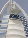 ДУБАЙ, ОАЭ - 16-ОЕ АПРЕЛЯ 2012: Закройте вверх вертодрома на гостинице араба Al Burj Вертодром был повернут в теннисный корт в пр Стоковое Изображение RF