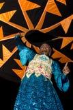 ДУБАЙ, ОАЭ - 20-ОЕ АПРЕЛЯ 2012: Местный житель выполняя традиционный народный танец на ноче как часть опыта лагеря сафари пустыни Стоковое Изображение
