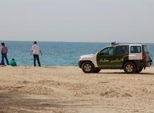 ДУБАЙ, ОАЭ - 16-ОЕ АПРЕЛЯ 2012: Полицейская машина SUV Дубай на пляже Jumeirah Стоковая Фотография