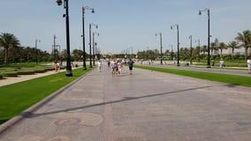 Дубай, ОАЭ - 8-ое апреля 2018 Туристы на бульваре водя к дворцу шейха Мухаммеда сток-видео
