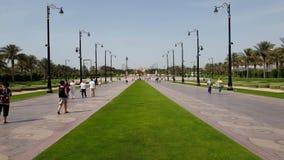 Дубай, ОАЭ - 8-ое апреля 2018 Туристы на бульваре водя к дворцу шейха Мухаммеда акции видеоматериалы