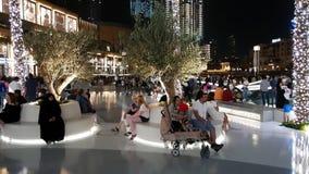 Дубай, ОАЭ - 8-ое апреля 2018 Туристы перед молом Дубай торгового центра мира известным видеоматериал