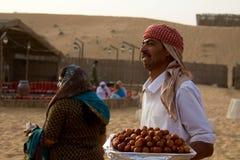 ДУБАЙ, ОАЭ - 20-ОЕ АПРЕЛЯ 2012: Штат на лагере сафари подготавливает еду в подготовке к туристам приезжая после bashing дюны Стоковое фото RF