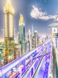 ДУБАЙ, ОАЭ - 11-ОЕ ДЕКАБРЯ 2016: Дорога Shekh Zayed на ноче, aeria Стоковые Фотографии RF