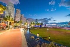 ДУБАЙ, ОАЭ - 10-ОЕ ДЕКАБРЯ 2016: Прогулка Марины Дубай на заходе солнца Стоковое Фото