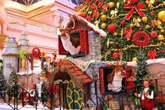 ДУБАЙ, ОАЭ - 10-ОЕ ДЕКАБРЯ: Рождественская елка и украшения на моле Wafi в Дубай, ОАЭ, как увидено 10-ого декабря 2017 Комплекс Стоковая Фотография RF