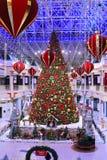 ДУБАЙ, ОАЭ - 10-ОЕ ДЕКАБРЯ: Рождественская елка и украшения на моле Wafi в Дубай, ОАЭ, как увидено 10-ого декабря 2017 Комплекс Стоковое Фото