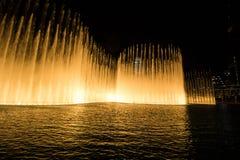 Дубай, ОАЭ - 7-ое декабря 2018: фонтаны петь в Дубай стоковая фотография rf