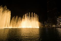 Дубай, ОАЭ - 7-ое декабря 2018: фонтаны петь в Дубай стоковые фотографии rf
