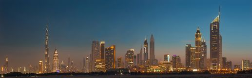 ДУБАЙ, ОАЭ - 31-ОЕ МАРТА 2017: Горизонт вечера центра города с Burj Khalifa и эмиратами возвышается Стоковая Фотография RF