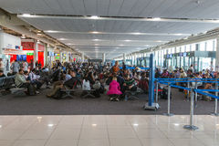 ДУБАЙ, ОАЭ 15-ОЕ МАРТА: Пассажиры на авиапорте Дубай 15-ого марта Стоковые Фото
