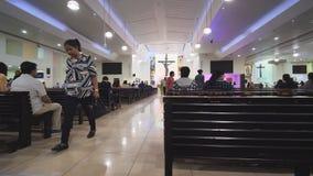 Дубай, ОАЭ - 15-ое мая 2018:: Католическая церковь во время обслуживания с людьми Христианство в мусульманских странах сток-видео
