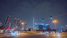 Дубай, ОАЭ - 15-ое мая 2018: Улицы города ночи с дорожным движением и небоскребов Дубай Timelapse видеоматериал