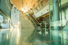 ДУБАЙ, ОАЭ - 10-ОЕ НОЯБРЯ 2016: Интерьер станции метро в Дубай Метро как ` s мира наиболее длиной полно автоматизировало сеть мет Стоковое Изображение RF