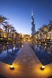 ДУБАЙ, ОАЭ - 24-ое февраля - взгляд вечера городского Дубай с Burj Khalifa на заднем плане, самое высокорослое здание в мире, Стоковые Фото