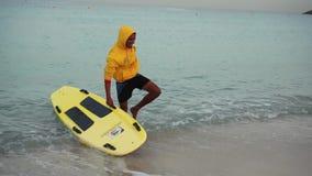 Дубай, ОАЭ - 21-ое января 2018: Люди Lifeguardian с surfboard усмехаются на море видеоматериал