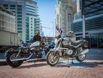ДУБАЙ, ОАЭ 15-ОЕ ЯНВАРЯ: Мотоцилк в центре города на января Стоковые Фото