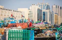 ДУБАЙ, ОАЭ 18-ОЕ ЯНВАРЯ: Небоскребы в центре города на января Стоковые Изображения