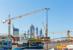 ДУБАЙ, ОАЭ 15-ОЕ ЯНВАРЯ: Улицы 15-ое января 2014 в Дубай, u города Стоковое Изображение