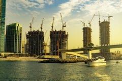 Дубай, ОАЭ/11 10 2018: Сужения Дубай на линии побережья с everywere кранов в заходе солнца стоковая фотография
