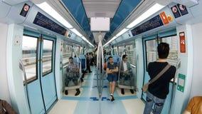ДУБАЙ, ОАЭ - ФЕВРАЛЬ 2017: интерьер moving вагона метро с людьми в Дубай, ОАЭ акции видеоматериалы