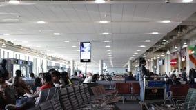 ДУБАЙ, ОАЭ - 3-ЬЕ ФЕВРАЛЯ 2015: Ждать зала международного аэропорта сток-видео