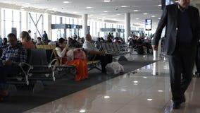 ДУБАЙ, ОАЭ - 3-ЬЕ ФЕВРАЛЯ 2015: Ждать пассажиры international Дубай авиапорта акции видеоматериалы