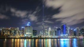 ДУБАЙ, ОАЭ - январь 07,2018: Городской горизонт ночи лета лоток Стоковые Фото