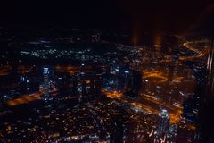 ДУБАЙ, ОБЪЕДИНЕННЫЕ ЭМИРАТЫ - ОАЭ - Азия 23-ье апреля 2016: Небоскребы Марины города на ноче стоковое изображение rf