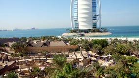 ДУБАЙ, ОБЪЕДИНЕННЫЕ ЭМИРАТЫ, ОАЭ - 20-ОЕ НОЯБРЯ 2017: Араб al гостиницы JUMEIRAH Burj вади аквапарк одичалые, осматривают сверху видеоматериал