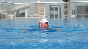 ДУБАЙ, ОБЪЕДИНЕННЫЕ ЭМИРАТЫ, ОАЭ - 20-ОЕ НОЯБРЯ 2017: около мола эмиратов, бассейн крыши заплывания гостиницы al khoory акции видеоматериалы