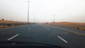 Дубай, Объениненные Арабские Эмираты - 17-ое апреля 2019: Пейзаж шоссе через ОАЭ дезертирует во время пыльной бури сток-видео
