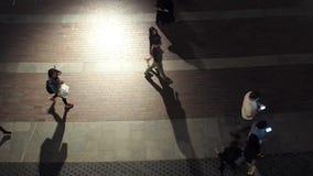 ДУБАЙ, ОБЪЕНИНЕННЫЕ АРАБСКИЕ ЭМИРАТЫ, 3-ЬЕ МАЯ 2018: Движение людей, выравнивая прогулку сток-видео